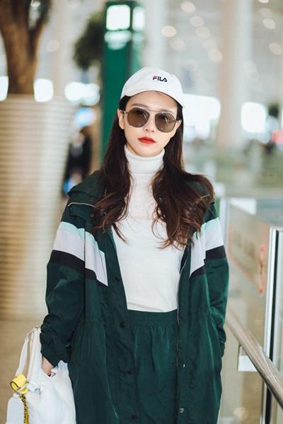 新晋小花黄一琳米兰之行收官 黑白穿搭现身机场简约时尚