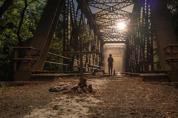 """《寂静之地2》突现神秘人 观众""""爆灯""""称赞无声末世展现人性难测"""